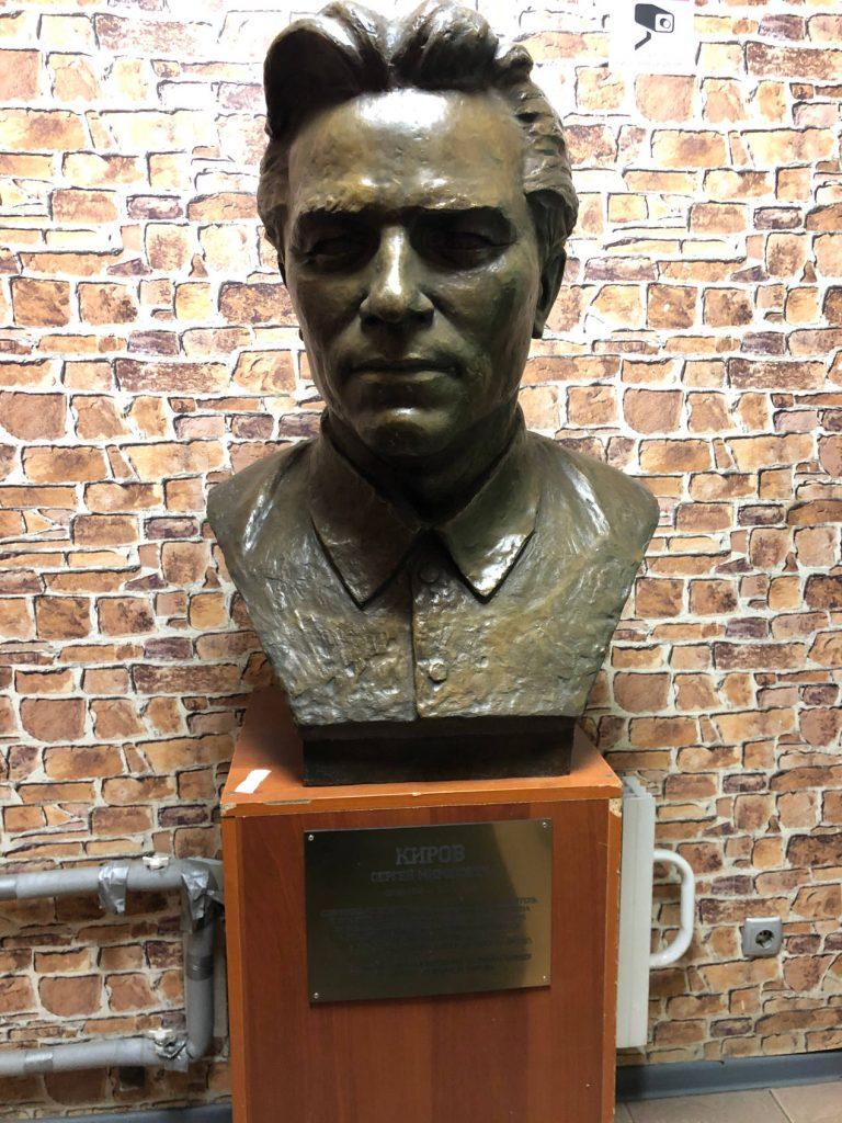 Ce buste vous accueille à l'entrée des ateliers Poljot.