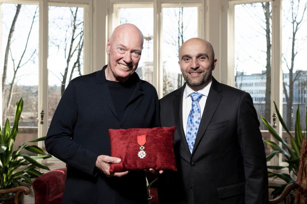 Jean-Claude Biver reçoit les insignes de Chevalier de l'Ordre National de la Légion d'honneur des mains de l'Ambassadeur de France en Suisse.