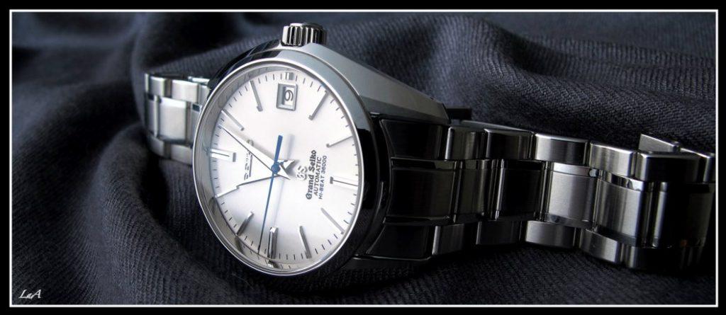 La composition du bracelet alterne les polis brossés et polis miroir.